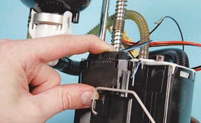Проверка и замена датчика указателя уровня топлива Форд мондео 4 (2007-2014)