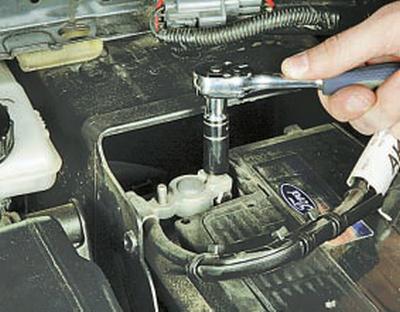 Снятие и установка аккумуляторной батареи Форд мондео 4 (2007-2014)