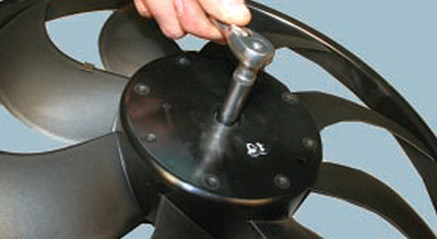 Снятие и установка электродвигателя вентилятора радиатора системы охлаждения двигателя Форд мондео 4 (2007-2014)