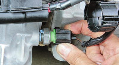 Замена датчика сигнальной лампы аварийного падения давления масла Форд мондео 4 (2007-2014)