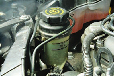Проверка уровня и доливка рабочей жидкости в бачок гидроусилителя рулевого управления Форд мондео 4 (2007-2014)