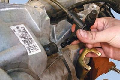 Замена рабочего цилиндра привода выключения сцепления с подшипником выключения сцепления Форд мондео 4 (2007-2014)