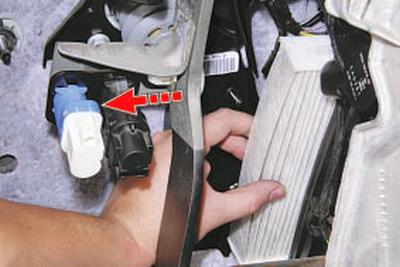 Замена фильтра поступающего в салон воздуха Форд Мондео 4 (2007-2014)