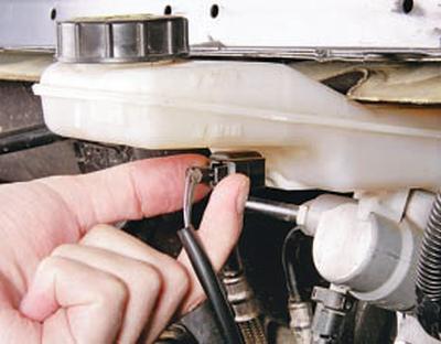 Замена бачка главного тормозного цилиндра Форд мондео 4 (2007-2014)