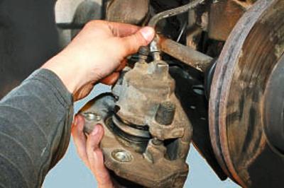 Замена суппорта тормозного механизма переднего колеса Форд мондео 4 (2007-2014)