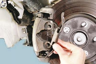 Замена тормозных колодок тормозного механизма переднего колеса Форд мондео 4 (2007-2014)