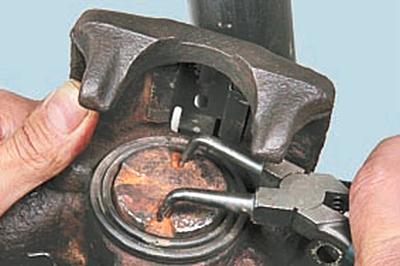 Замена тормозных колодок тормозного механизма заднего колеса Форд мондео 4 (2007-2014)